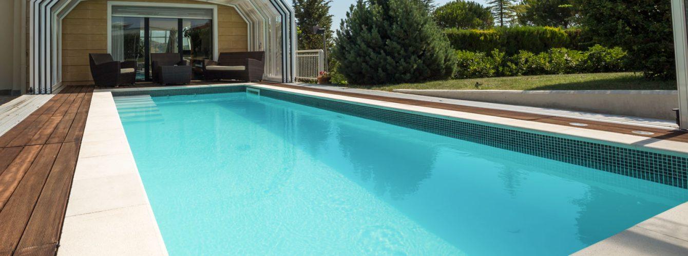 piscina con nuoto controcorrente e copertura per sportivi
