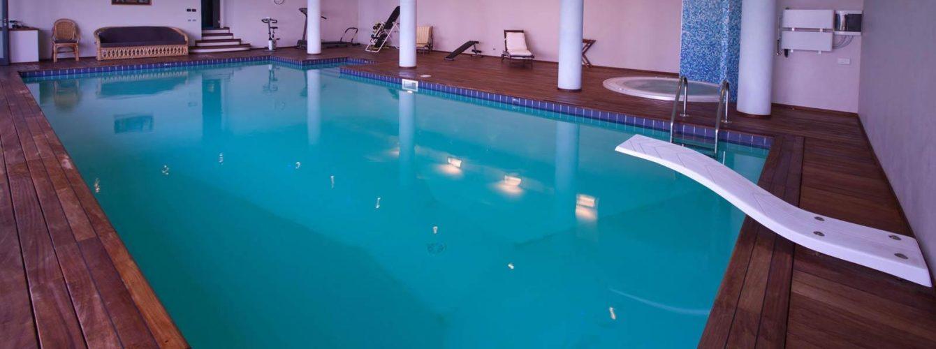 piscina interna skimmer, gradini, trampolino e vasca idromassaggio, pavimentazione in legno