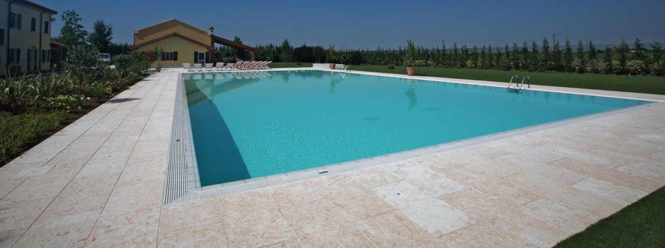 piscina a sfioro rettangolare con scaletta, telo bianco