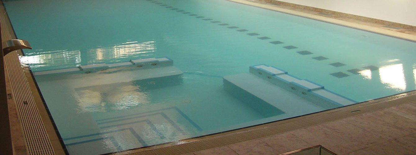 piscina interna a sfioro con area idromassaggio, luci e fontane