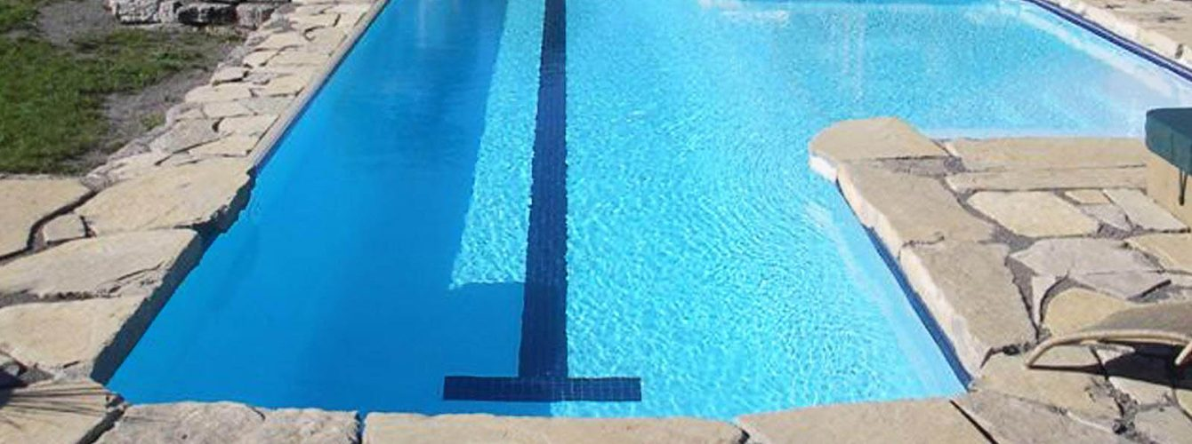 piscina esterna con corsia, scalinata e lato a cascata
