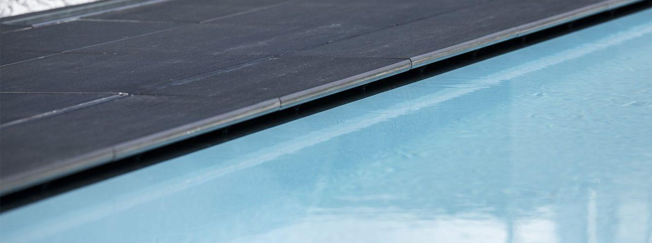 con lo sfioro nascosto l'acqua scompare al di sotto del pavimento del solarium