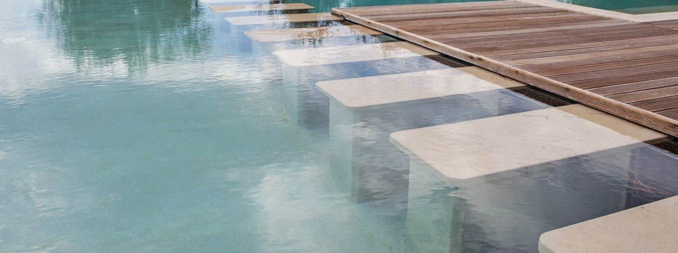 due piscine con zona di connessione e sfioro nascosto al di sotto della pavimentazione
