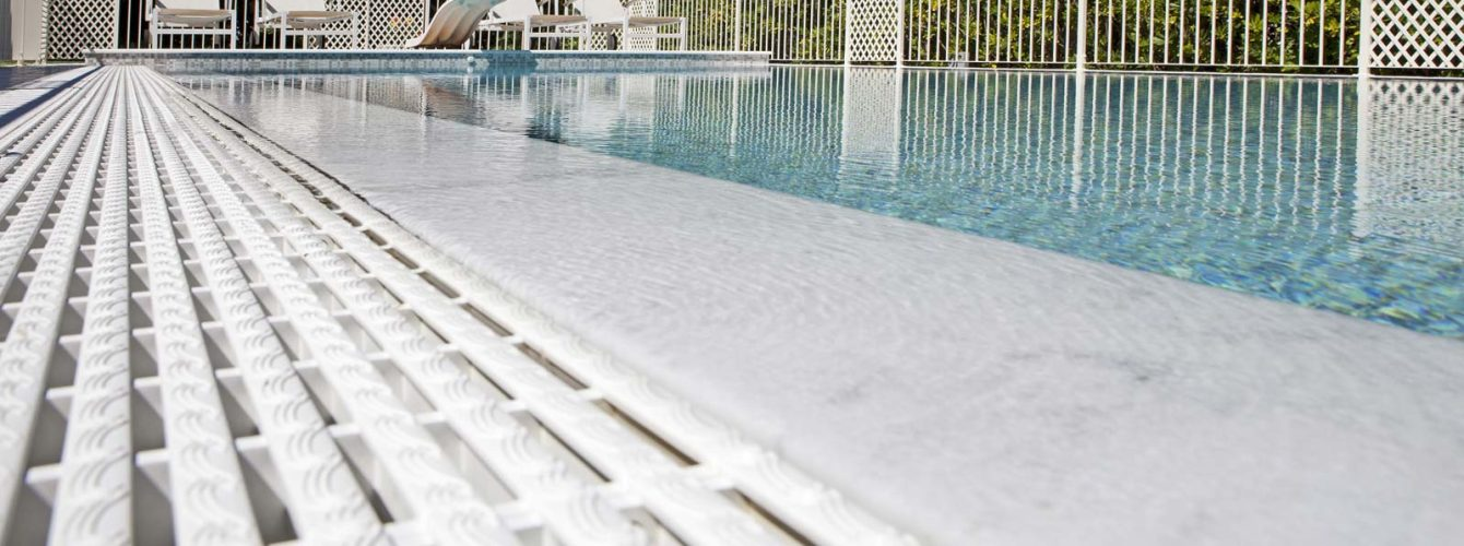 piscina a sfioro con mosaico e trampolino
