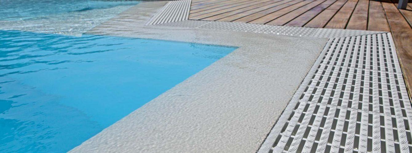 piscina a forma libera color sabbia con sfioro trilogy