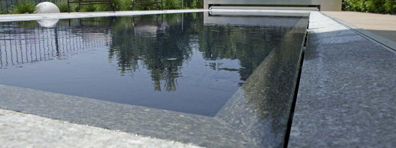 piscina nera con bordo sfioro trilogy con fessura