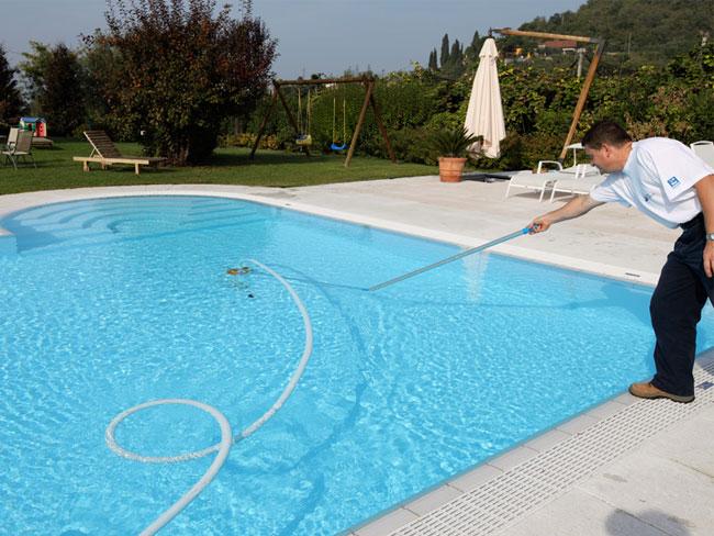 Pulire e disincrostare le pareti e il fondo della piscina for Clorazione piscine