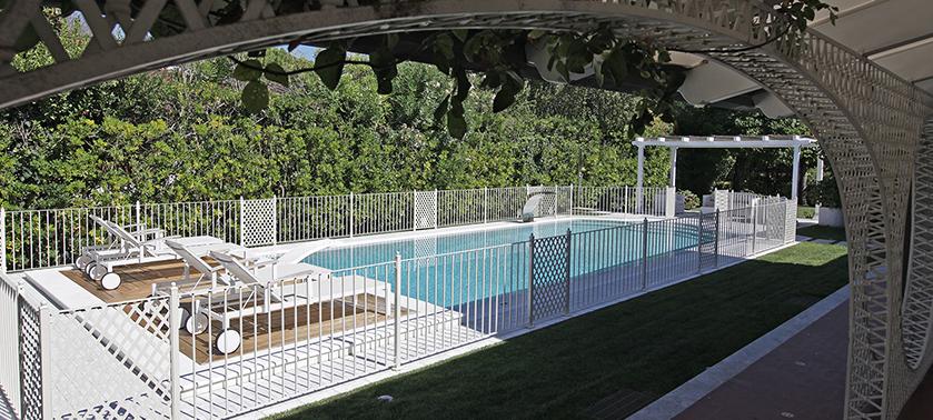 Come arredare il bordo piscina sedute tessuti ispirazioni for Sedute per piscine