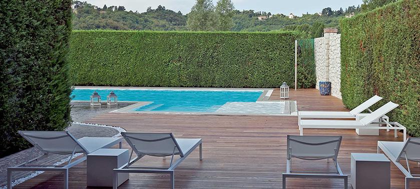 Come arredare il bordo piscina sedute tessuti ispirazioni for Arredare giardino con piscina