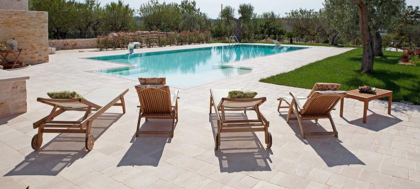 Come arredare il bordo piscina sedute tessuti ispirazioni for Arredo piscina