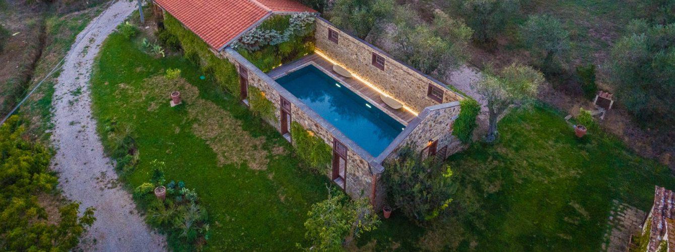 piscina a sfioro trilogy, grigia, sofltwalk, luci, natura e design