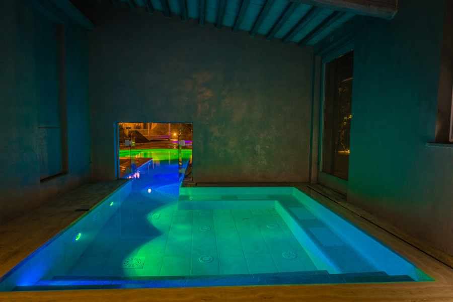 Piscina con led colorati e cromoterapia i benefici piscine