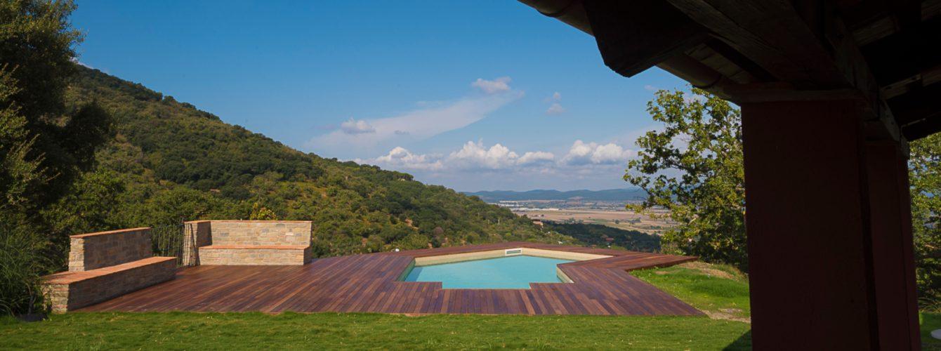Piscina a forma libera con vista sulle colline