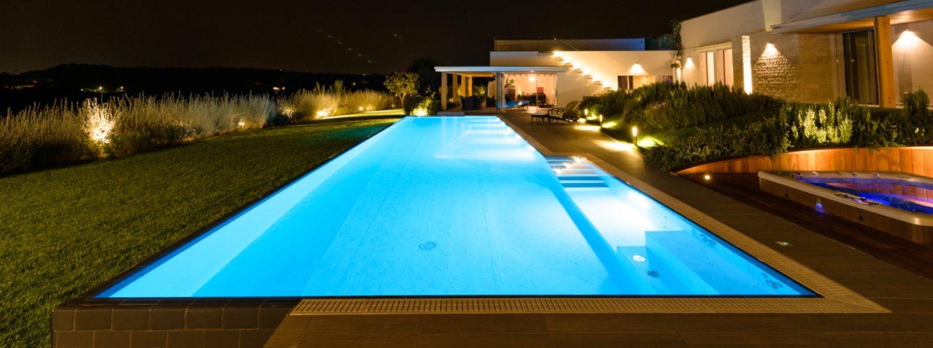 Piscina e zona idromassaggio di sera