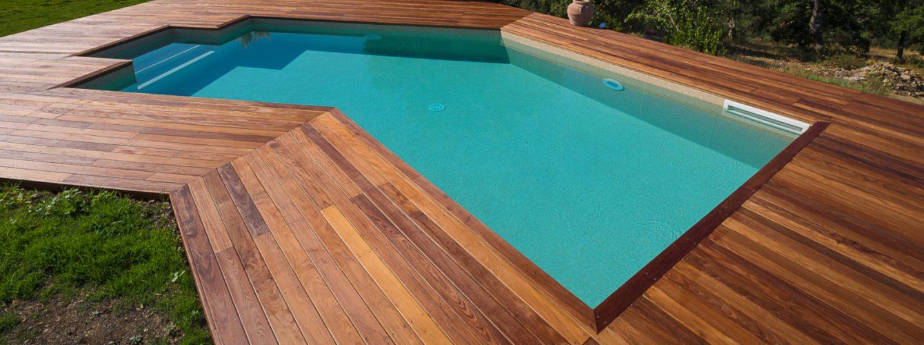 Piscina con zona solarium in legno Ipè