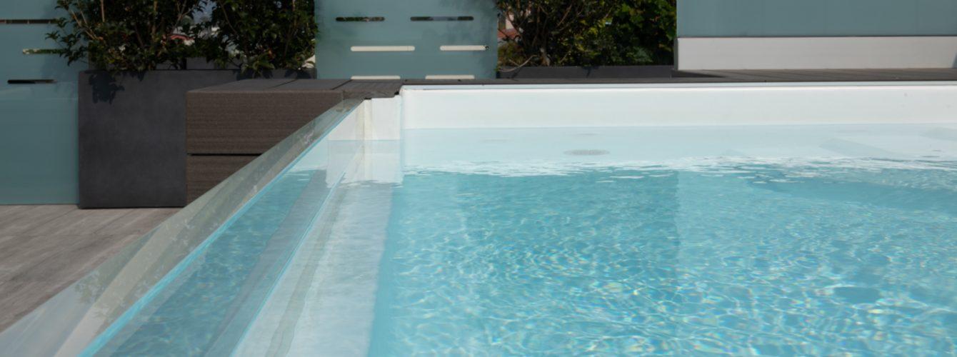 Lato in cristallo visto da dentro la piscina