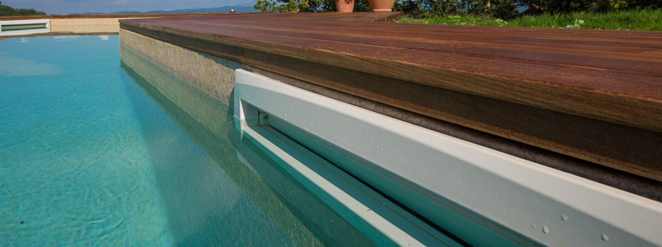 Dettaglio skimmer per il ricircolo dell'acqua in piscina