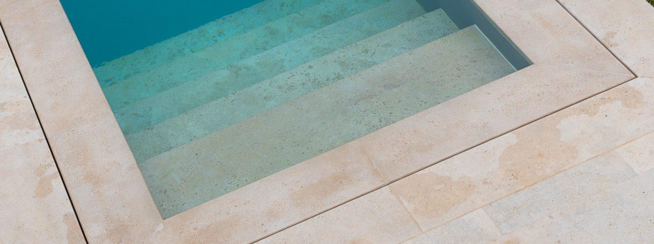 Dettaglio scala di accesso alla piscina