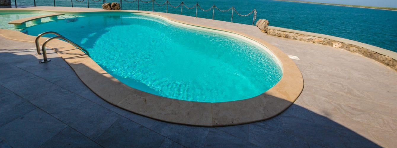 Dettaglio scaletta in acciaio per accedere alla parte più profonda della piscina