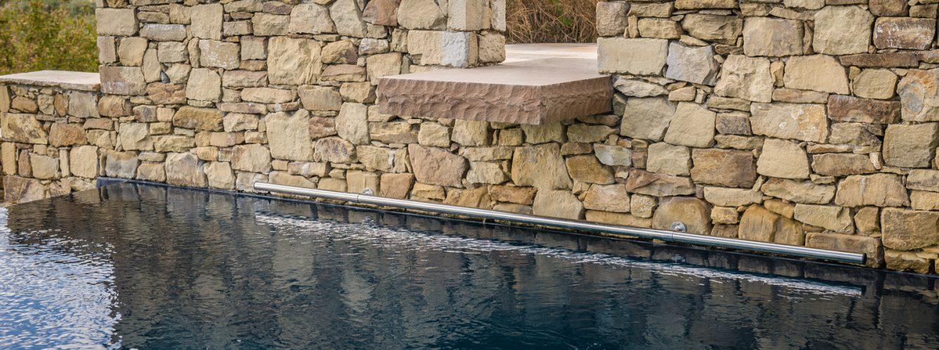 Dettaglio finitura esterna e trampolino in pietra locale
