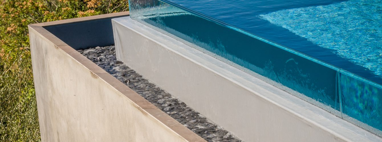 Dettaglio bordo sfioro a cascata della piscina
