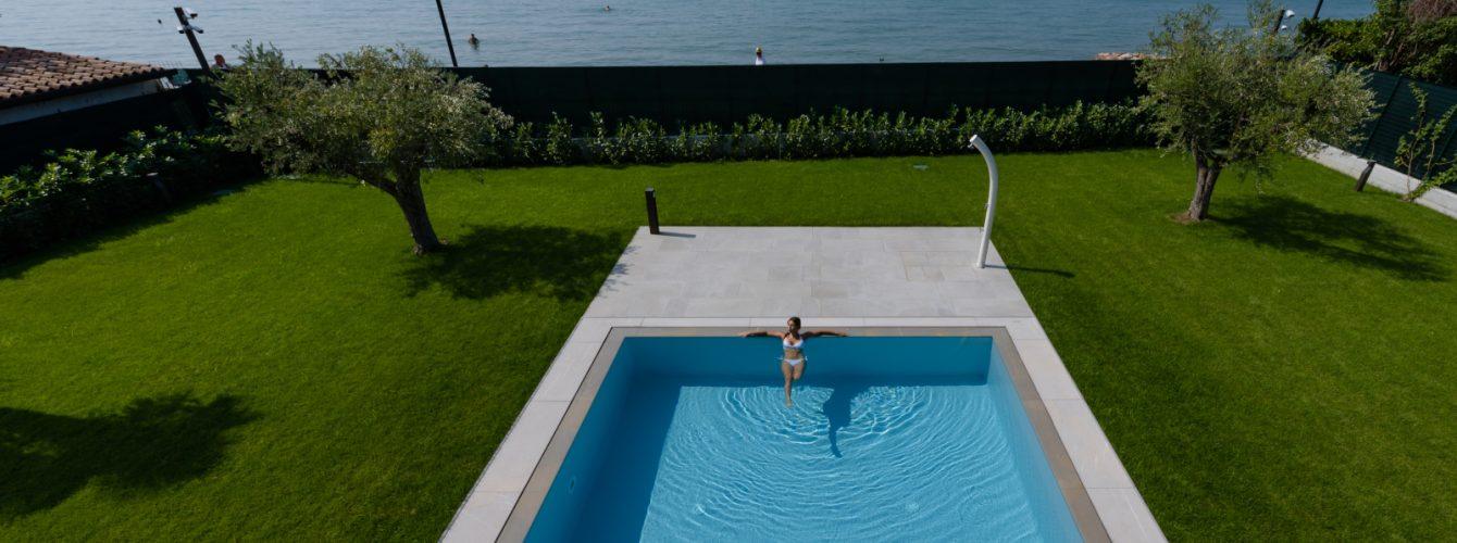 Piscina con vista sul Lago di Garda