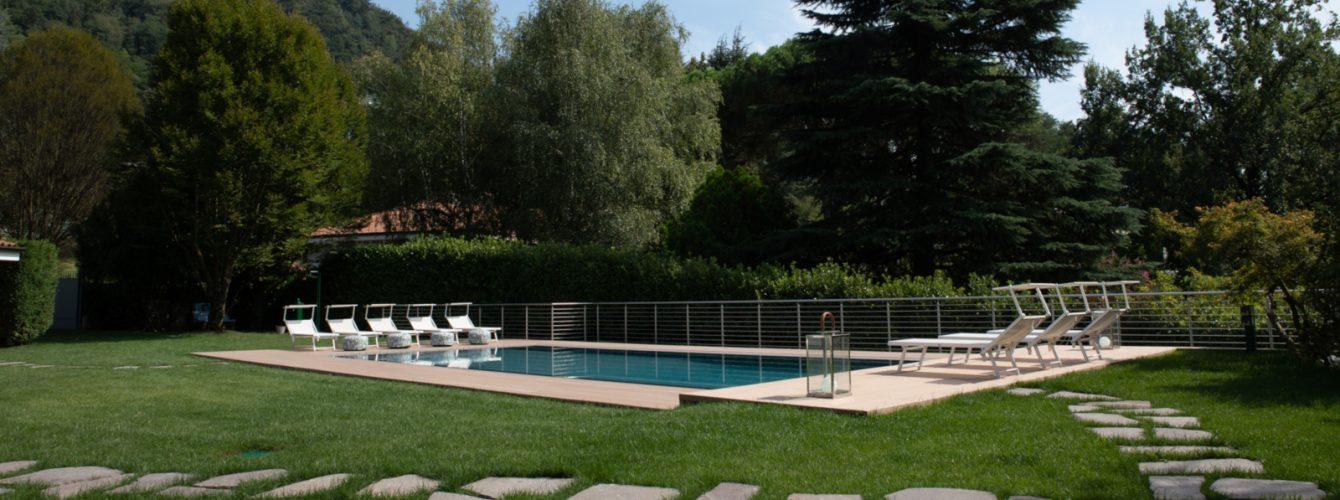 Piscina rettangolare in giardino privato
