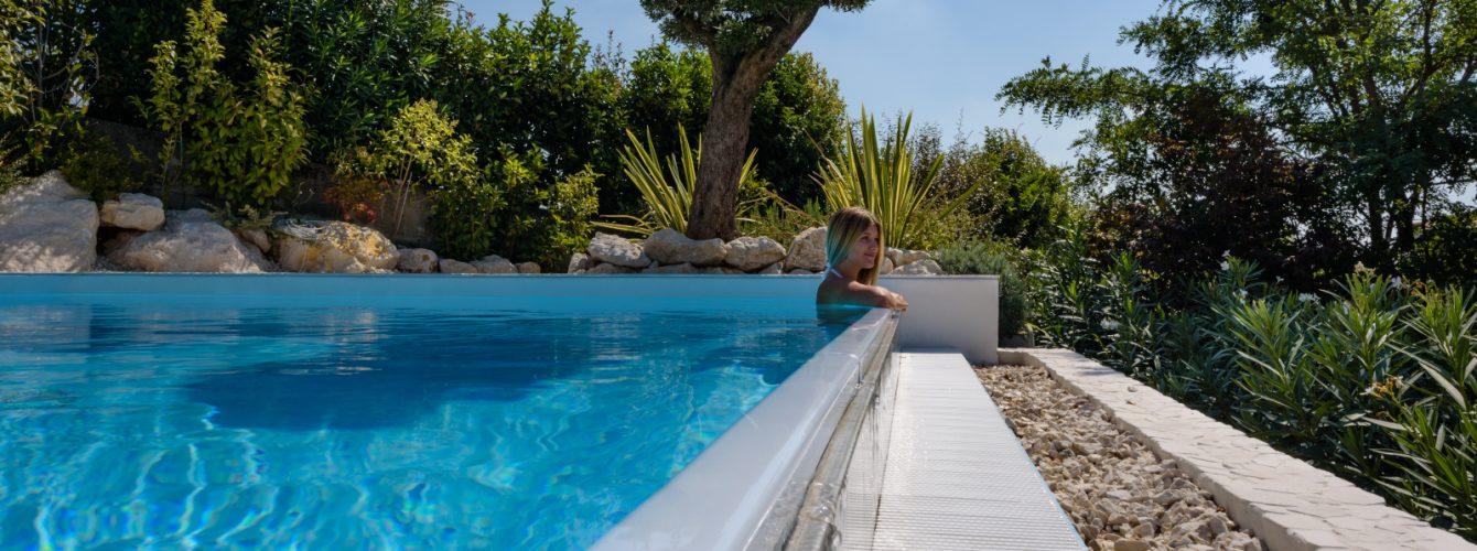 Ragazza che si rilassa in piscina