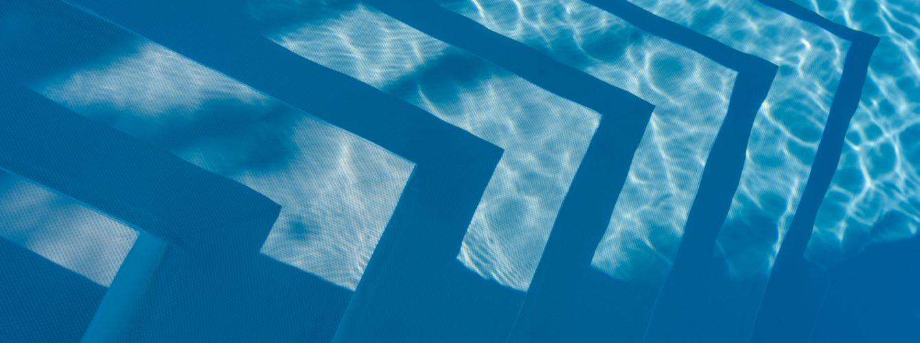 Dettaglio gradini scala di accesso alla piscina