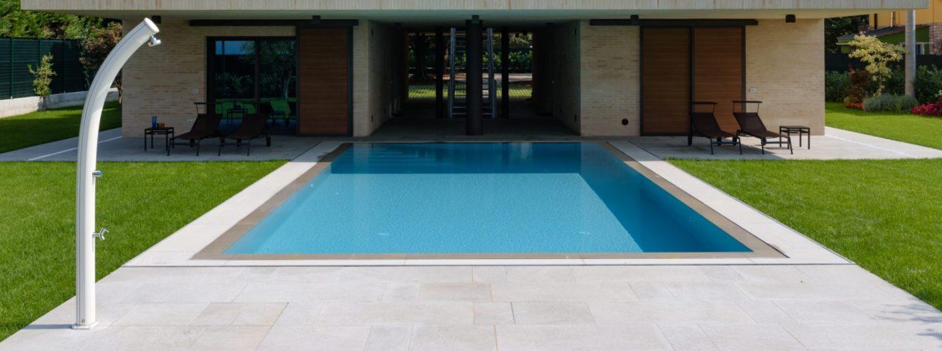 Piscina rettangolare in giardino di abitazione moderna