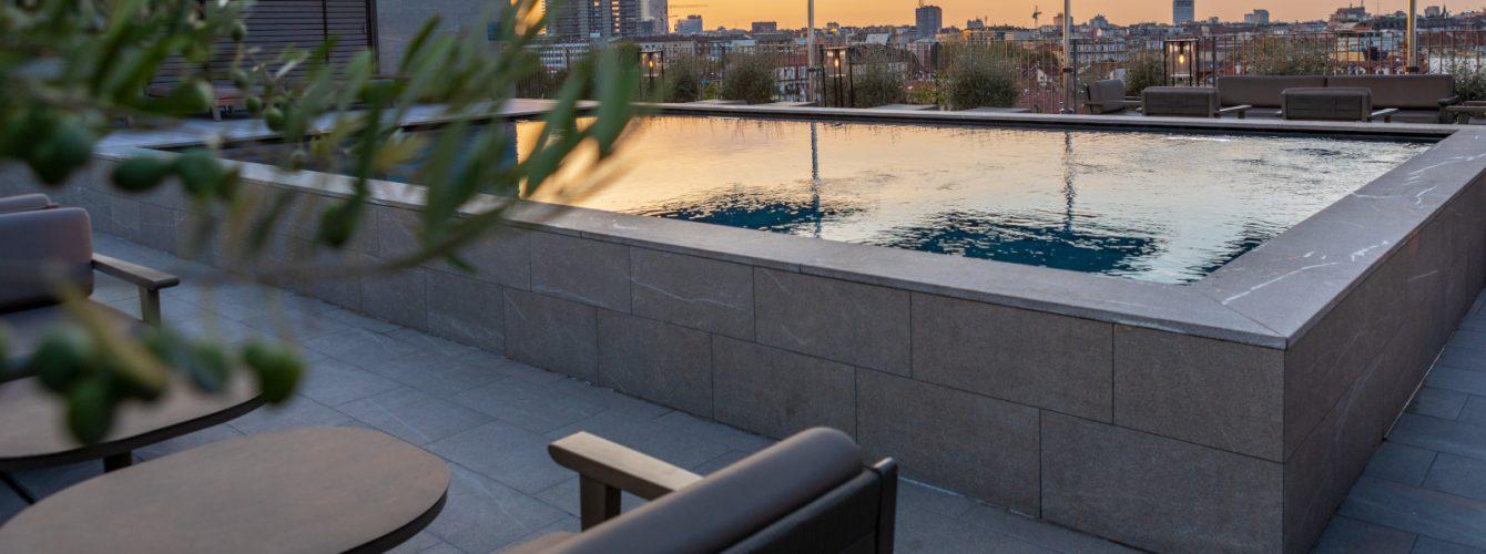 Piscina su terrazzo con vista sullo skyline cittadino