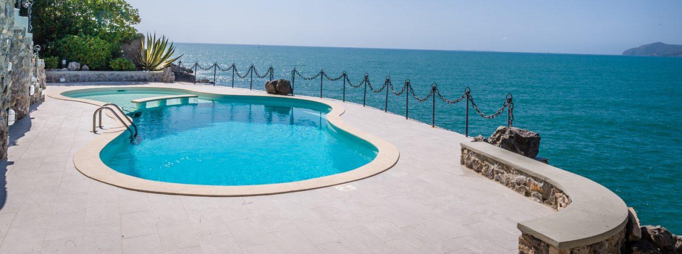 Piscina a forma libera con vista sul Mar Tirreno