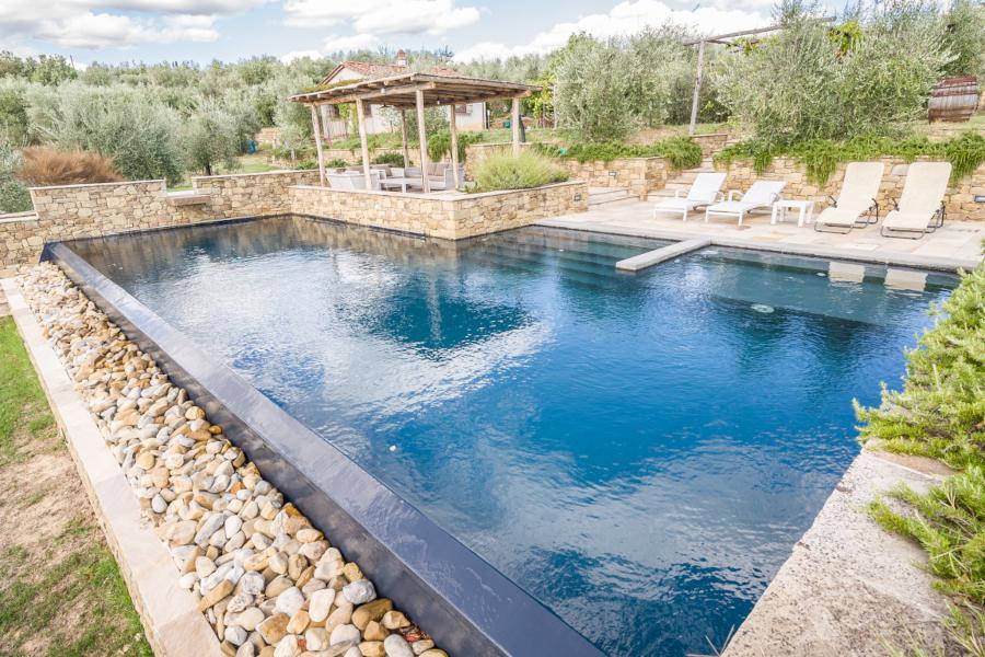 piscine seminterrate su terreno in pendenza