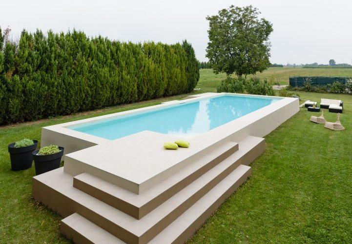 piscina fuoriterra rettangolare bianca