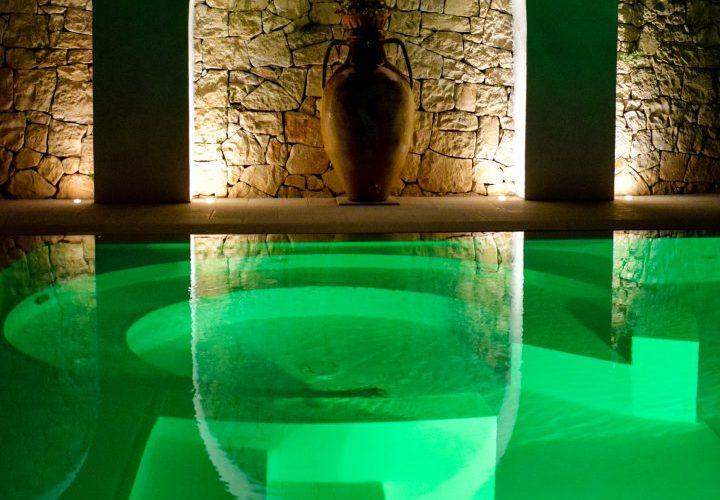 area idromassaggio in piscina con illuminazione notturna