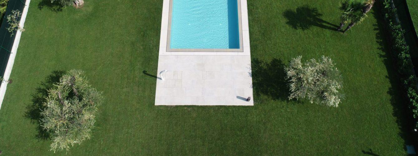 piscina per casa di design con sfioro trilogy
