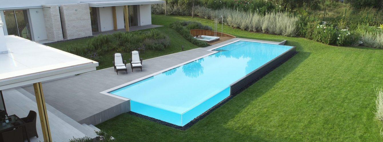 piscina di lusso con parete in vetro