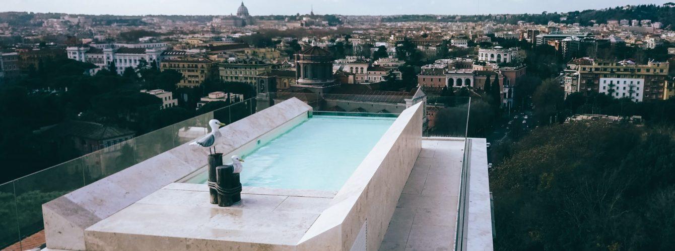 piscina su attico con vista su Roma