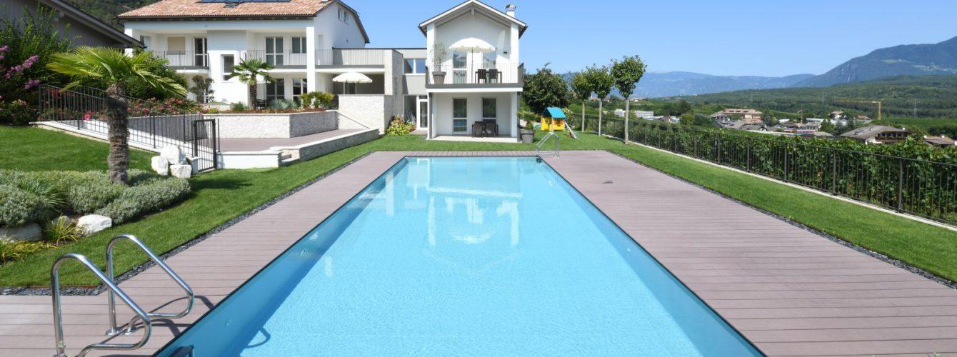 piscina rettangolare con sfioro nascosto e scalette