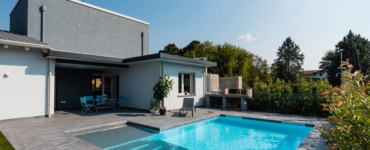 piscina per famiglia, a skimmer con spiaggetta e scale di ingresso