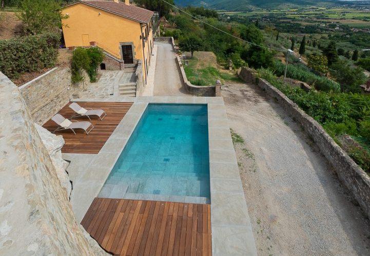 piscina rettangolare in pietra naturale