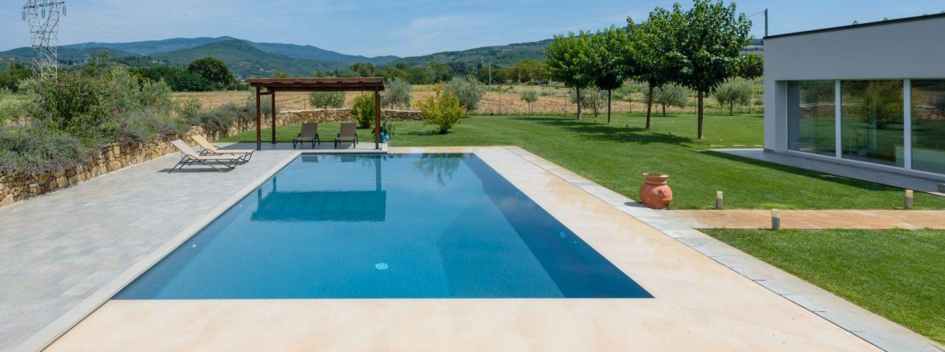 piscina rettangolare con sfioro a fessura