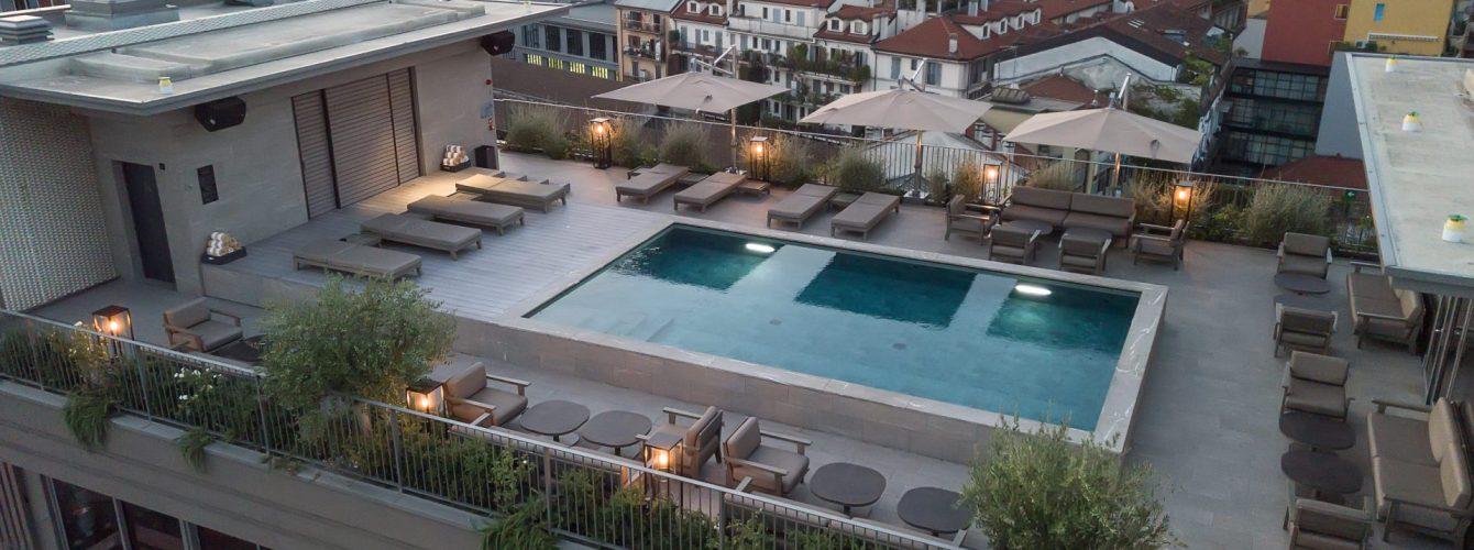 piscina di hotel fuoriterra su terrazzo, color grigio