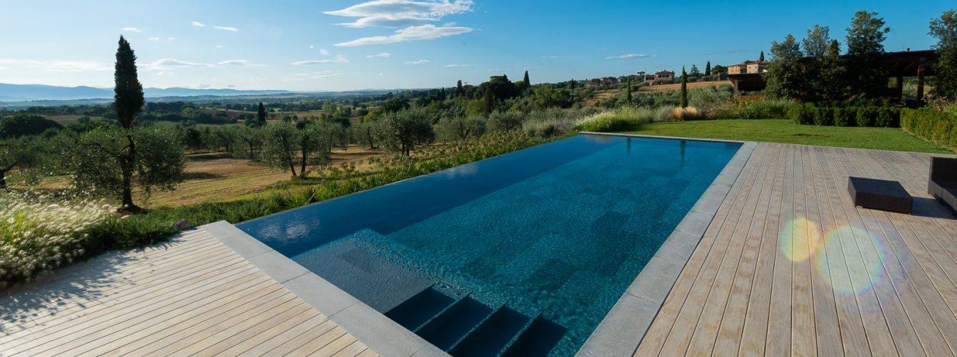 piscina nera rettangolare con scala di ingresso in pietra naturale