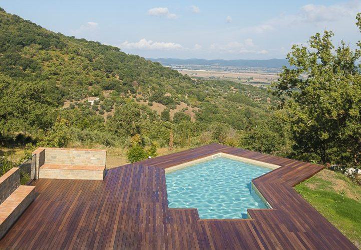 piscina forma libera su terrazzamento, color sabbia con skimmer
