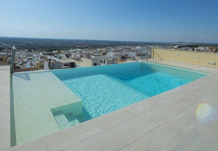 piccola piscina a cascata su terrazzo