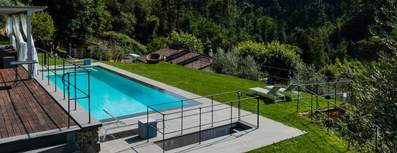 piscina rettangolare su area terrazzata