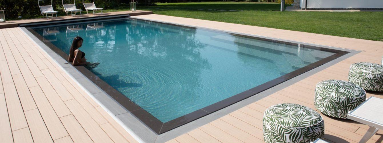 piscina con sfioro trilogy, con scala e vano per copertura automatica