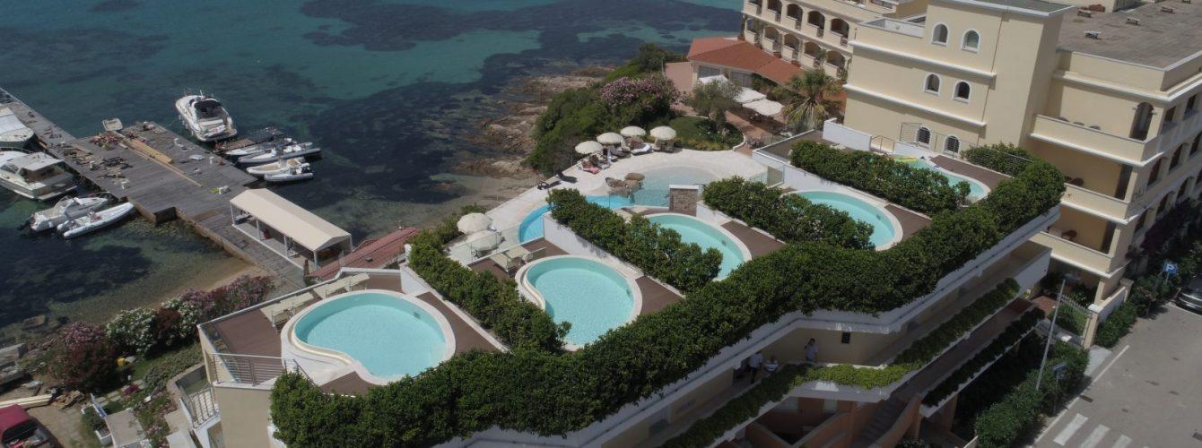 piscine a fagiolo su terrazze di hotel