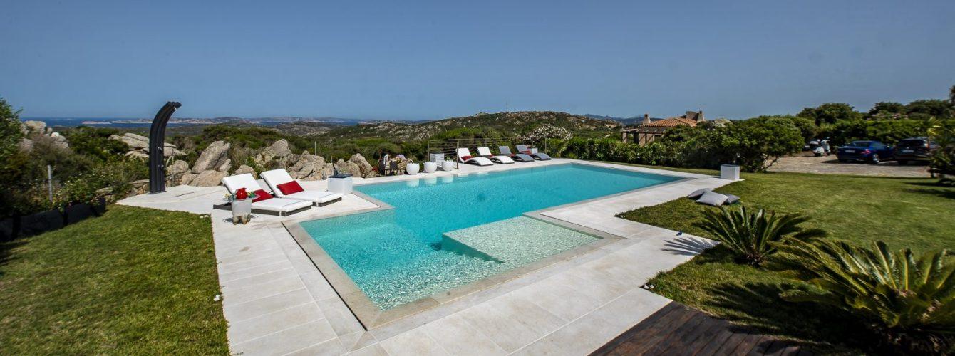 piscina bellissima a sfioro con fessura